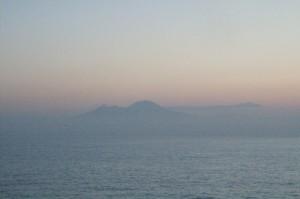 La silueta del Vesubio entre las brumas del amanecer