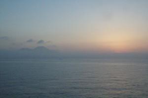 A la izquierda el Vesubio y a la derecha el Sol empieza a mostrar sus luces