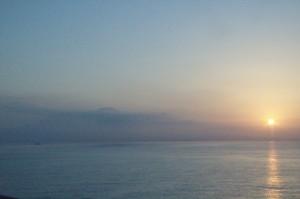 El barco cambia de posición y hace que el Sol empiece a ascender por las laderas del Vesubio