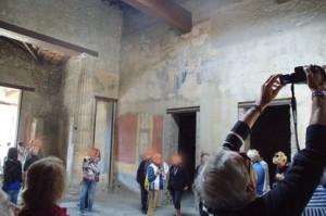 Observen que las paredes estaban recubiertasa de frescos