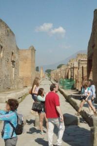 Calle. Al fondo la ladera del Vesubio