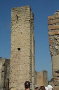 Torre de agua. En Pompeya había doce torres para suministro de agua a la población. Y fuentes.