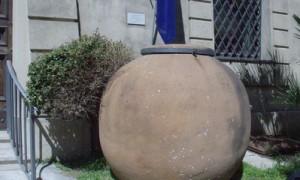 Tinaja de barro en la puerta del museo arqueológico