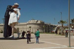 Fuerte del escultor Miguel Ángel y una escultura moderna