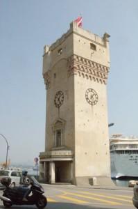 Detalle de la torre con uno de los cruceros de Costa en su terminal