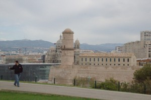 Fort saint Jean visto desde los jardines del Palacio del Faro