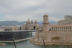 Primer plano Fort Saint Jean, al fondo la Catedral de Marsella, y el edificio rectangular, negro, forma parte del plan de rehabilitación del puerto viejo, zona J4