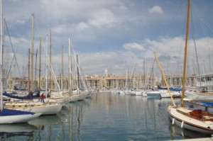 """El puerto visto de la puerta del restaurante. Al fondo la torre de la iglesis """"Notre Dame des Accoules"""""""