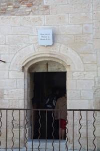 Algunas celdas tienen un letrero arriba donde se dice qué personaje importante la ocupó