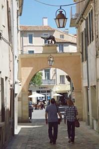 Una calle típica. Observen lo que hay encima del arco