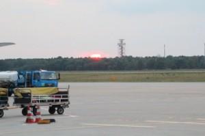 El sol poniéndose en el aeropuerto Berlin-Tegel