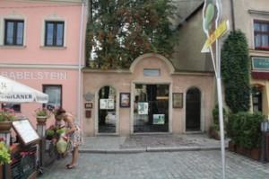 Sinagoga de Popper. A la izquierda la casa naranja es donde vivió Helena Rubistein