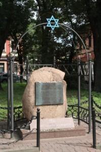 Lugar de meditación sobre los 65 000 judios polacos de Cracovia y sus alrededores que murieron a manos de los nazis en la Segunda Guerra Mundial