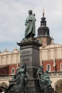 Plaza del mercado de Cracovia. La placa dice Adamowi Mickiewickowi Narod