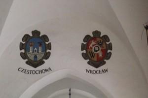 Techo del mercado con los escudos de diversas ciudades polacas