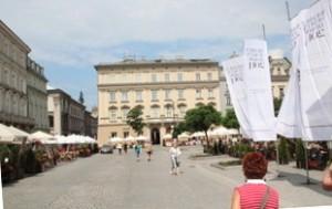 Plaza del mercado Cracovia. Observen las terrazas con flores a izquierda y derecha