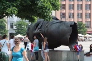 Plaza del mercado Cracovia. Cabeza hueca. En ella se metem los niños a jugar. ¡Curiosa escultura!