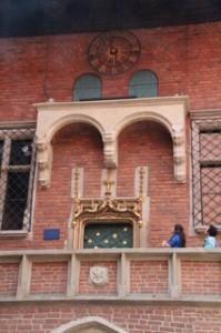 Tanto el reloj de la parte alta como las ventanas de debajo forman parte del mismo