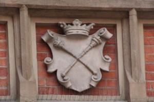 Uno de los escudos en las paredes del patio de la universidad de Cracovia