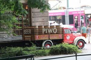 Ya fuera nos encontramos con un camión de cerveza, Piwo