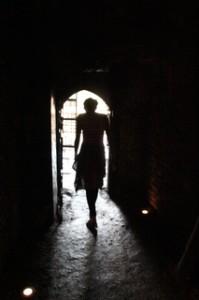 Y vemos a la doncella que va a ser entregada al dragón, camina despacio hacia su suerte