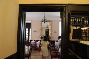 El restaurante tiene aspecto de un antiguo salón de un palacio con techos altos
