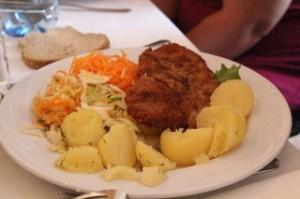 De segundo una especie de bola de carne, o filete ruso, empanado con patatas, zanahorias y coliflor como guarnición