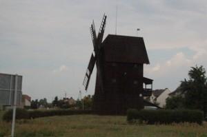 Molino de viento en la carretera de Rydzyna a Poznan