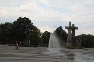 Al fondo de la fuente las cruces que son el monumento a las protestas que hubo en Poznań en 1956.