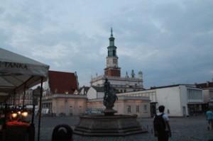 Al fondo la torre del ayuntamiento y delante la fuente de Marte