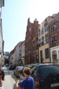 Calle Kopernica. Se supone que en uno de los dos edificios rojos nació Copérnico