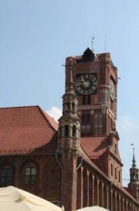 Reloj en torre ayuntamiento, mirando al río