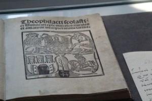 En la casa-museo se conservan libros antiguos que influyeron en el pensamiento de Copérnico y primeras ediciones de sus propias obras