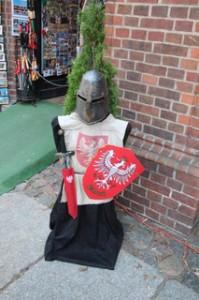 En las tiendas de souvenirs venden disfraces infantiles de caballeros teutones