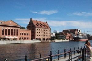 El puerto. El edificio rojo, alto, que parece un silo y que fue un silo es nuestro hotel