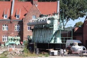 En el puerto hay una zona dedicada a astillero. aquí los motores de un barco