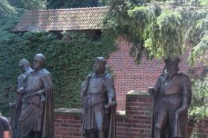 Esculturas de soldados teutónicos