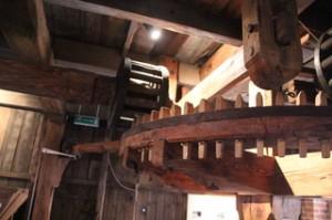 Dientes de madera de los engranajes del molino