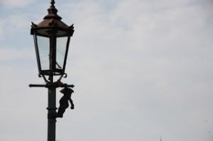 En el puente que cruza der la Isla al Óder vemos este duende. En la parte antigua de la ciudad hay más de doscientos duendes