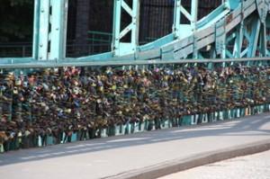 Así se ve una de las vallas del puente.