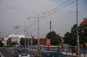 La ciudad está llena de cables para los troles de los tranvias