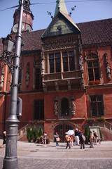 Cuerpo central. El arco es la entrada a la cervecería más antigua de Polonia