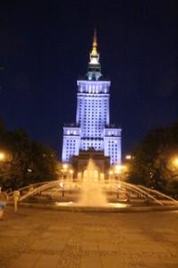 La fuente y el edificio iluminado me parecen bonitos