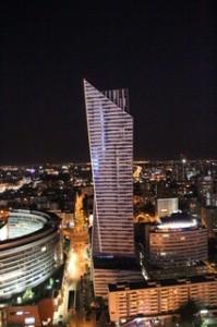 Uno de los nuevos rascacielos de Varsovia que rodean al viejo Palacio de la Cultura