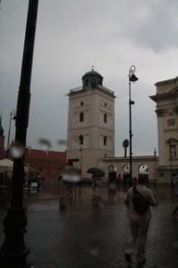 """Para disfrutar de unas bonitas vistas del casco viejo de Varsovia os recomiendo subir a la torre """"Taras Widokowy"""" (la torre blanca de la foto), se encuentra al final de la calle Krakowskie Przedmieście, junto al Castillo Real:"""