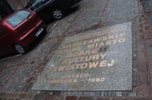 En la acera nos encontramos con una placa que indica donde empezaba la ciudad antigua