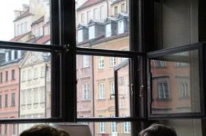 Sus ventanas dan a la plaza