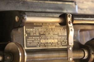 Placa de fabricación donde se ve claramente Thomas A. Edision