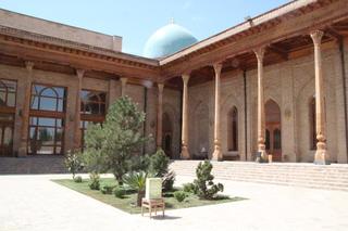La mezquita del viernes tiene columnas de madera de sándalo de la India. Se acerca uno y, efectivamente, las columnas huelen a sándalo