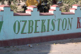 Vemos un letrero de Uzbekistán escrito en uzbeko:O'zbekiston